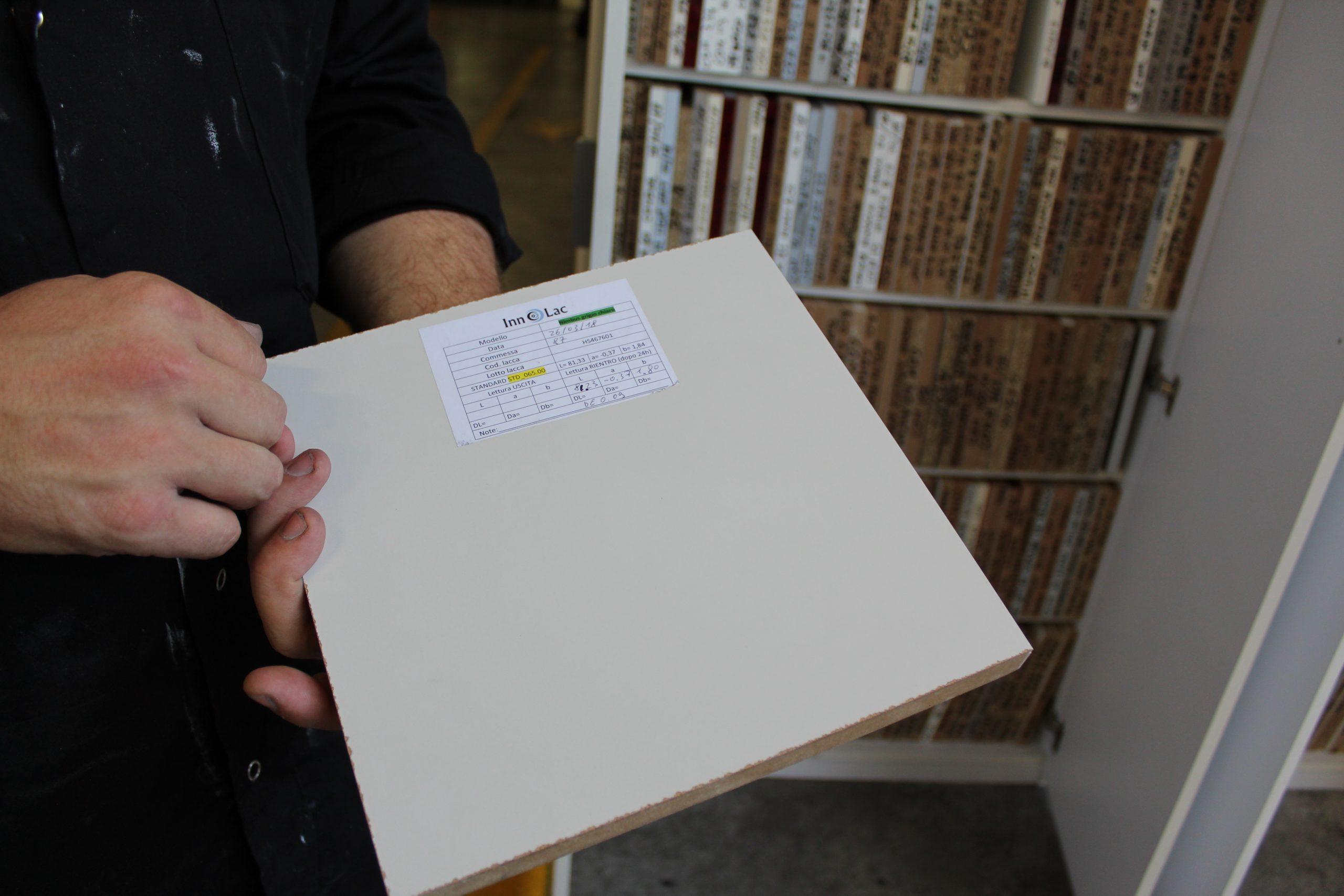 Primer UV monocomponente: innovazione per la preparazione di pannelli nobilitati alla verniciatura