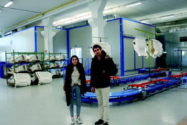 Vista generale dell'impianto di verniciatura, illustratoci anche dalla gentile responsabile del marketing aziendale, Eleonora di Cataldo, qui con Pilato