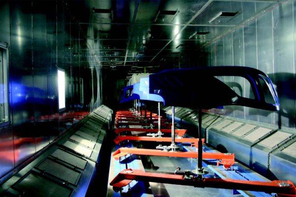Forno di cottura vernici : sulle pareti laterali si notano le aree di continua filtrazione totale dell'aria calda