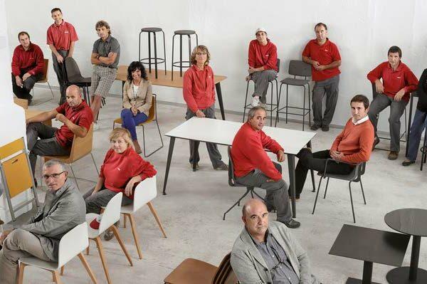 Ondarreta è un'azienda familiare nata da una falegnameria che si è sviluppata in 40 anni di attività fino ad essere di riferimento per il mondo delle sedute nel residenziale e nel contract.