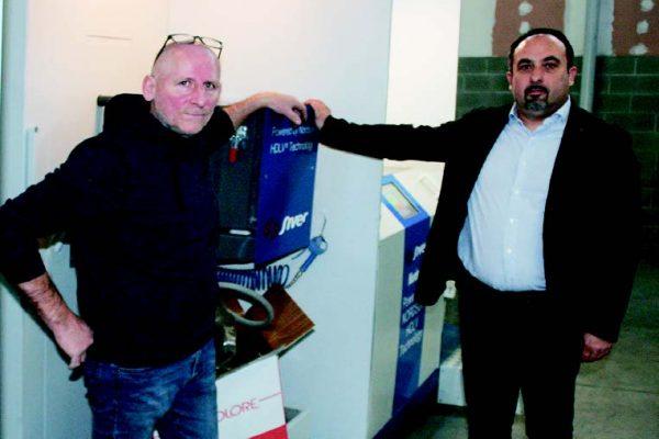 Antonio Franceschini di Iride con Claudio Sergenti di Siver Nordson (a destra) che ha affiancato Franceschii nel percorso di implementazione delle nuove tecnologie nell'impianto di verniciatura a polveri.