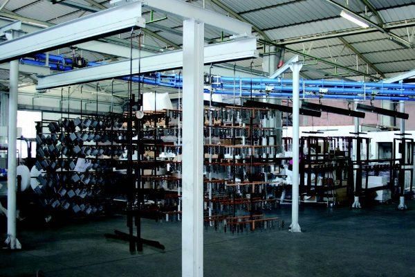 Il carico e lo scarico delle bilancelle avviene in area dedicata separata dalla linea del trasportatore birotaia di Conveyors).