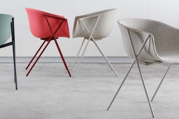 Bai è una collezione di sedie e poltroncine da interno ed esterno con struttura in acciaio verniciato a polveri e seduta in polipropilene colorato in massa o polipropilene rivestito di tessuto