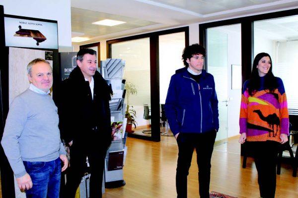 I fratelli Giovanni e Angela Bortoletto, con il padre Loris (il primo da sinistra) e Alessandro Marchi (il secondo da sinistra), direttore di Adler Italia, che fornisce la vernice funzionale (SH Technology)