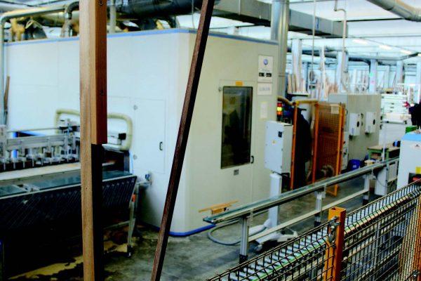 """Il nuovo impianto completamente automatizzato che consente la produzione """"lotto 1"""" a partire dalla conferma d'ordine. Si notino le frese per la lavorazione del profilo, che sono state sviluppate in collaborazione con il fornitore, su esigenza di Bortoletto."""
