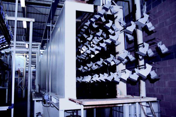 Il tunnel di pretrattamento dove si utilizza un passivante nanotecnologico (base Zr) di Chemetall che può essere utilizzato anche come sgrassante/passivante monostadio.
