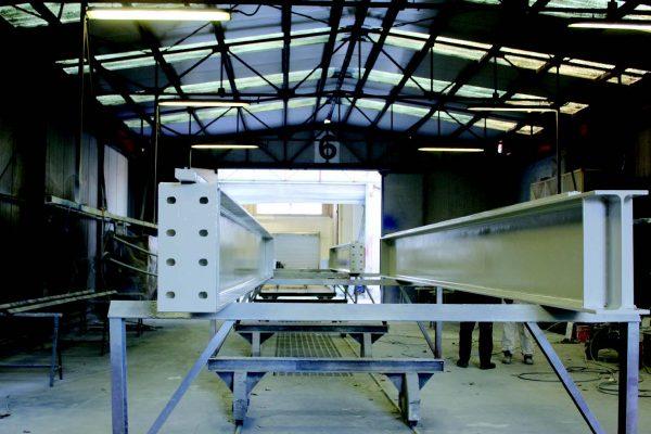 La grande cabina di verniciatura aspirata dove vengono verniciate anche le grandi carpenterie come durante la nostra visita.