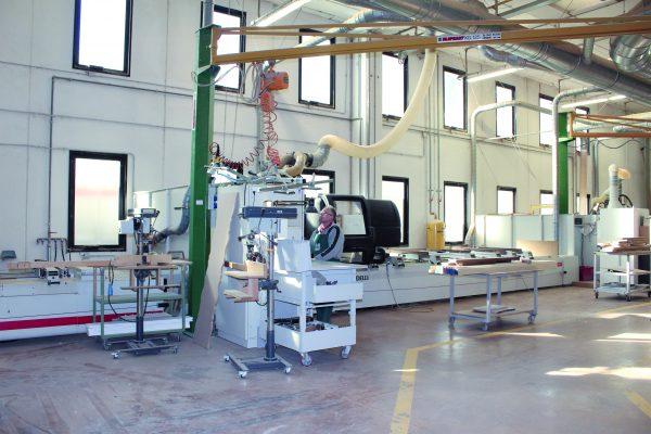 L'area dello stabilimento produttivo dedicata alla prima lavorazione del legno