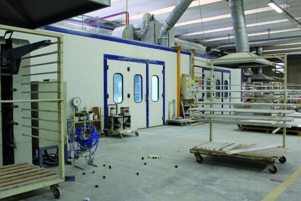 Le due cabine manuali pressurizzate dedicate alle finiture particolari, situate nell'altra zona di verniciatura