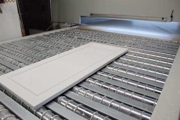 La spruzzatrice a bracci oscillanti viene utilizzata per l'applicazione del fondo all'acqua.