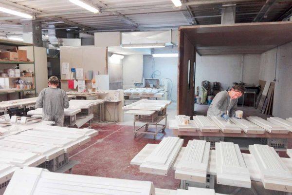 La zona di laccatura dell'azienda dedicata alla finitura dei prodotti.
