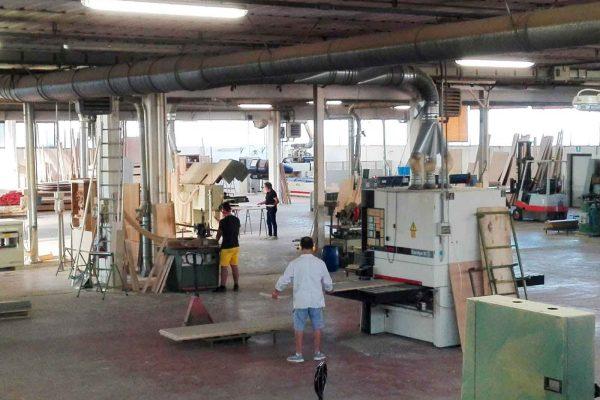 """Vista generale del """"laboratorio"""" di Mantovani Arredamenti, dove il semilavorato viene processato e trasformato."""