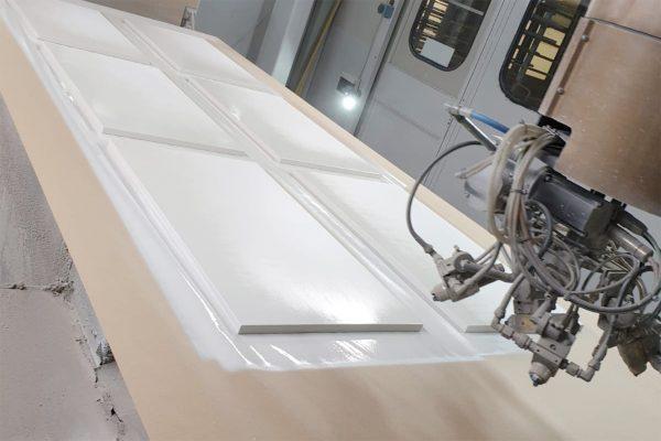 La cabina con braccio robotizzato con 5 pistole viene utilizzata per l'applicazione delle finiture.