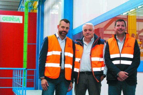 Carlos Martín, direttore delle operazioni di LeciTrailer (al centro), con Sebastián Esteban, direttore marketing dell'azienda (a destra) e Jon Franco (Geinsa), a sinistra.