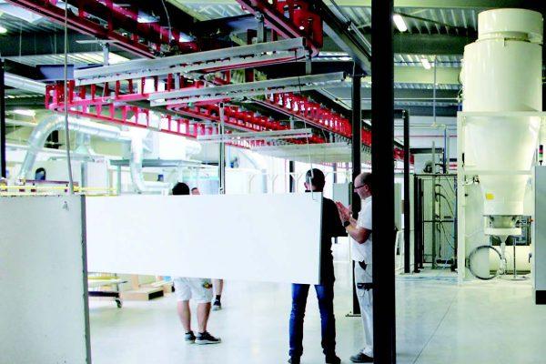 Una vista generale dell'impianto di verniciatura a polveri dei pannelli di MDF.