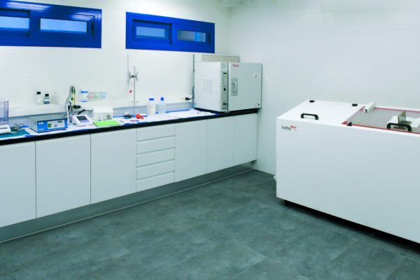 Il laboratorio di caratterizzazione del reparto di verniciatura di LeciTrailer e alcuni campioni di telaio che mostrano l'aumento delle resistenze alla corrosione (fino alle odierne 1000 h in nebbia salina) delle successive generazioni dei cicli protettivi applicati dall'azienda.