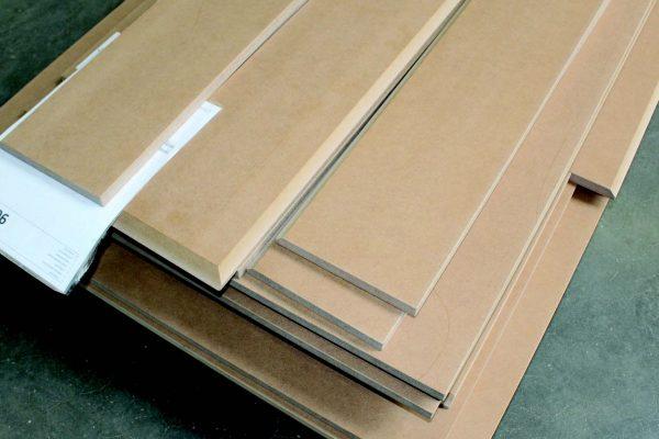 """Un """"set"""" di ante di MDF pronte per la verniciatura a polvere: è la commessa tipica dei clienti di Kempa, calcolata di circa 10 m2 per cucina."""