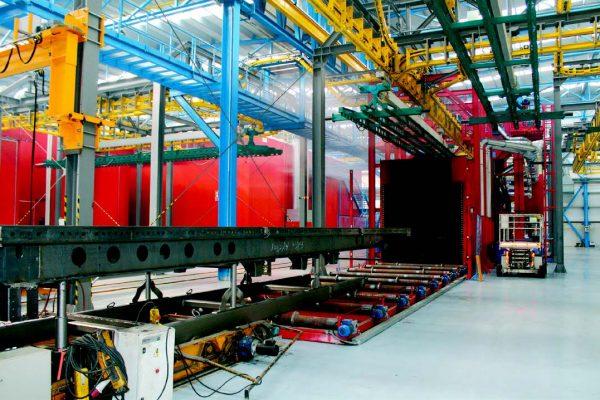 L'ingresso al reparto di verniciatura dei telai dei rimorchi avviene mediante veicolo elettrico. Il telaio è supportato da una slitta che passa sulla rulliera della linea granigliatura e trasporta il telaio attraverso la macchina granigliatrice.