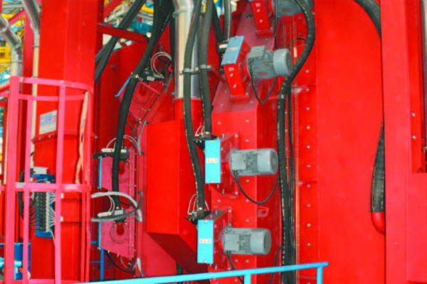 Una vista della granigliatrice multiturbina e un dettaglio delle turbine (Cogeim).