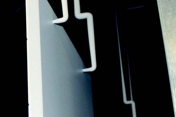 I pannelli devono essere preparati ricavando due fori sul retro, a debita distanza, che servono per la loro appensione tramite appositi ganci alle bilancelle.