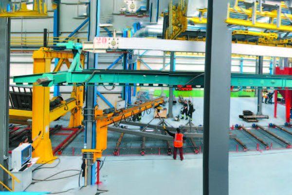 La linea granigliatura. Per i telai dei rimorchi termina con una stazione di manipolazione di ciascun telaio (a sinistra), che facilita le operazioni di eliminazione di tutti i residui di graniglia e depolverazione.