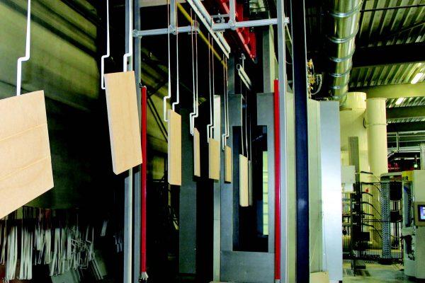 """Per """"attivare"""" l'elettrostaticità il ciclo di verniciatura dei pannelli richiede una fase di """"pre-riscaldo"""" degli stessi, in forno con piastre catalitiche IR (nel caso di Kempa a gas). Il passaggio avviene in 1 min per raggiungere la temperatura di 80 °C che, nello spazio tra il forno e la cabina di verniciatura si stabilizza a circa 60 °C."""