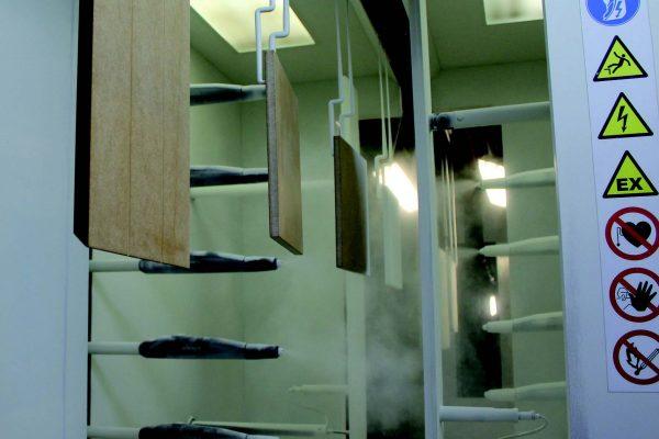 I pannelli in ingresso nella cabina a polveri. La cabina è dotata di due reciprocatori, ognuno asservito da 6 pistole automatiche