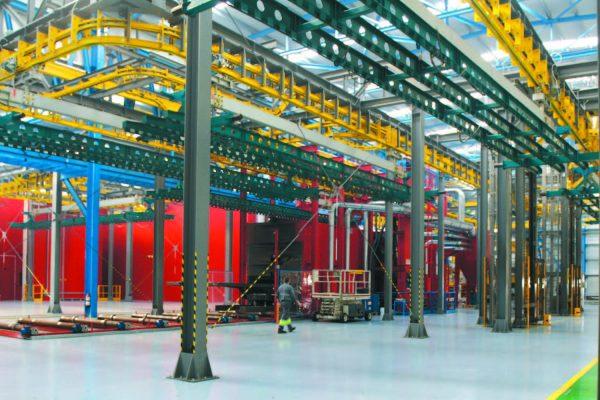 A destra, la zona di carico dei componenti o dei pezzi provenienti dall'esterno (attraverso la porta visibile a destra).