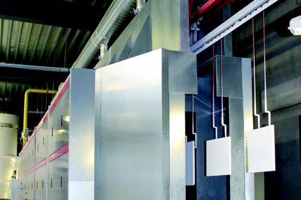 La polimerizzazione avviene in forno a piastre catalitiche a gas che, in un tempo di circa 2 min, deve far raggiungere velocemente una temperatura di 130°C sulla superficie del pezzo. Mantenimento della temperatura di 130°C al passaggio del pannello per altri 3 min.