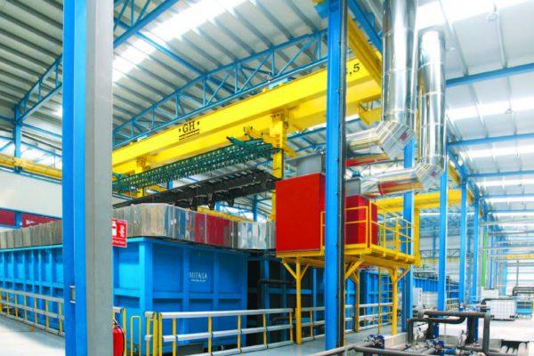 Le vasche 1 e 2 (presgrassaggio e sgrassaggio) sono a caldo, dunque al loro bordo superiore è stato installato un sistema d'aspirazione dei vapori con separatori di goccia, per recuperare il prodotto