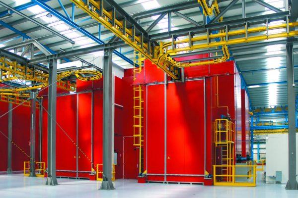 A destra, la cabina di finitura per i pezzi ausiliari o provenienti da aziende esterne, a sinistra, il forno d'essiccazione. Sul fianco a destra, la cabina d'immagazzinamento e preparazione vernici.