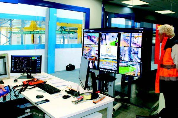 Jon Franco (Geinsa) con Carlos Martín, e Sebastián Esteban, nella postazione di gestione e controllo dell'intera linea di verniciatura. Qui alcuni schermi grafici permettono l'osservazione e il controllo di tutte le utenze e dei parametri di corretto funzionamento, e grandi monitor connessi a telecamere ad alta definizione permettono il controllo visivo di tutto l'impianto. Il processo è completamente tracciato, barra per barra.