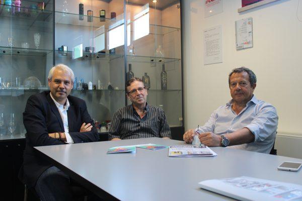 Da sinistra Lanfranco Sabato, responsabile commerciale della Eptacoat di Albiate in provincia di Monza e Brianza, Massimo Santamaria, responsabile del laboratorio di ricerca e sviluppo di Cerve e Cesare Silvi, direttore di stabilimento di Cerve a Parma