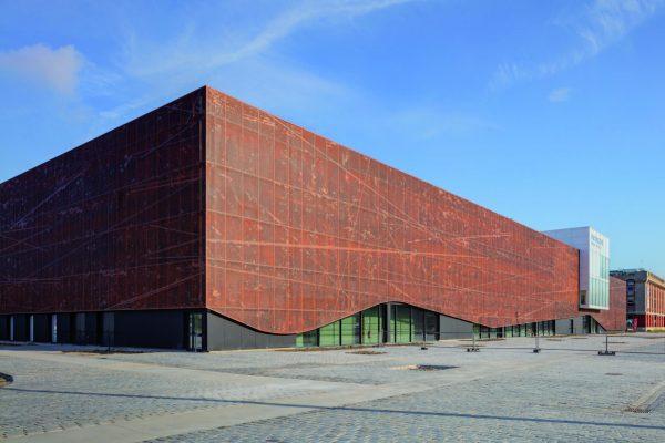 Lo spazio dove è stato costruito l'edificio è affacciato sul mare del vecchio Molo 1 del porto di Dunkerque