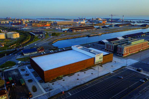 """L'edificio fa parte della riqualificazione di tutta l'area portuale. Il """"Molo 1"""", a ridosso del nucleo storico della città, ha un passato industriale."""