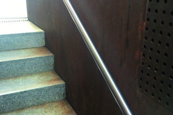 """Il dilavamento della patina passivante inorganica (la """"ruggine"""" indotta artificialmente) crea macchie di sporco sui materiali porosi come la pietra che richiedono una costante manutenzione."""