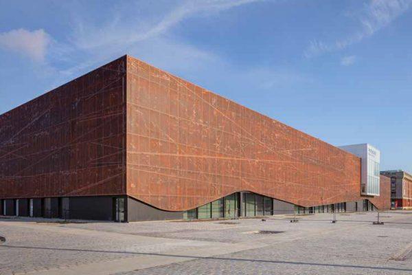 Lo spazio dove è stato costruito l'edificio è affacciato sul mare del vecchio Molo 1 del porto di Dunkerque.