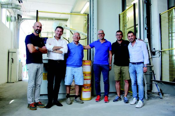 Marco De Ninis, con la maglietta azzurra, della famiglia proprietaria di De Ninis Serramenti, con i tecnici di Adler, azienda che fornisce le vernici all'acqua. Nel gruppo anche il fondatore dell'azienda abruzzese.
