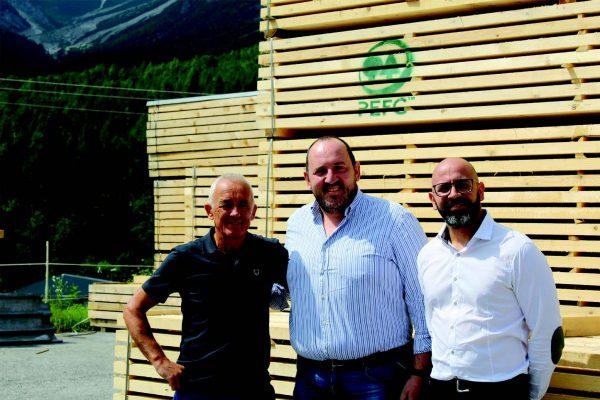 Da sinistra a destra: Marino De Santa, socio di Legnolandia, Alessandro De Bon e Federico Fabris, rispettivamente area manager e responsabile marketing di Sirca, azienda italiana leader nella produzione di vernici per il legno.