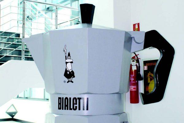 I due simboli di Bialetti Industrie riprodotti in grandi dimensioni e collocati all'interno dello stabilimento di Coccaglio, in provincia di Brescia