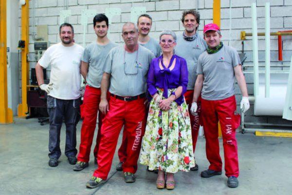 I collaboratori di Pintarelli Verniciature nell'area di carico e scarico dell'impianto insieme a Tiziana Pintarelli