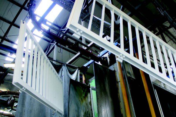 Esempi di serramenti in acciaio rivestiti da Ver rispettivamente con la tecnologia a immersione di Chemetall (BASF) e con vernici in polvere