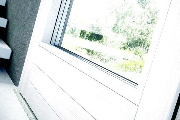 Una finestra con una finitura a poro aperto di colore bianco.