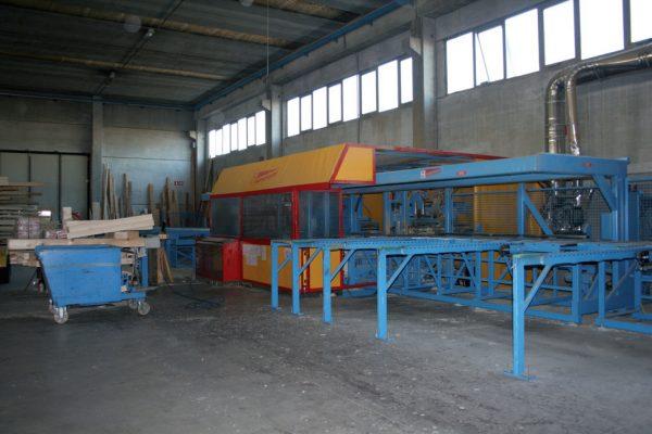 Dettagli delle macchine automatiche utilizzate in produzione e precisamente: il centro taglio, la levigatrice e l'impregnatrice