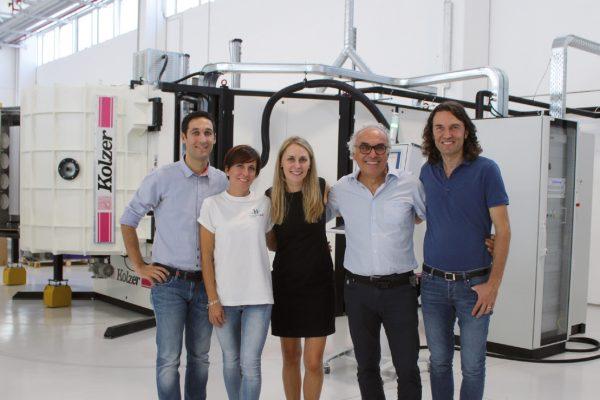 Al centro Izabela Lange, project manager di Kolzer assieme alla famiglia proprietaria di HT-Italia: a sinistra Marco e Caterina Bertola e a destra Livio e Paolo Bertola.