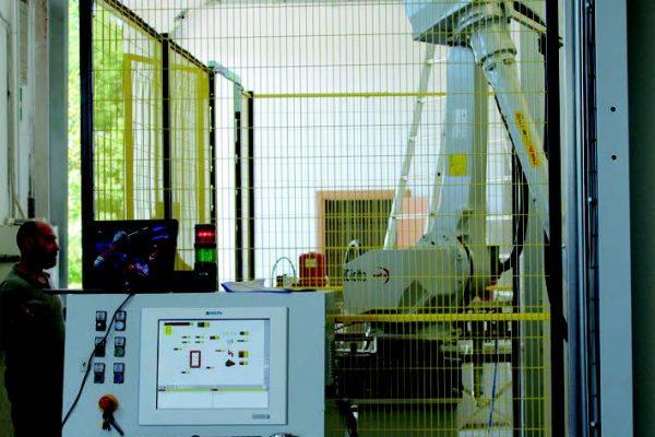 Il nuovo impianto di verniciatura ha sostituito completamente quello esistente: La cabina di verniciatura è dotata di robot antropomorfo.