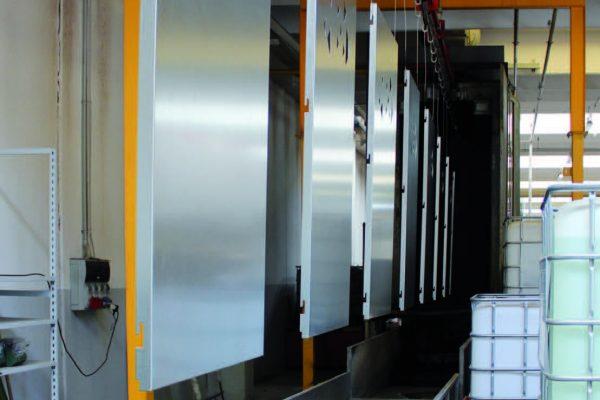 I pezzi in entrata nel tunnel di pretrattamento a 5 stadi, l'ultimo dei quali con processo nanotecnologico di conversione della famiglia Bonderite di Henkel.