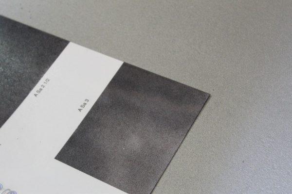"""L'Ispettore Festinante verifica tramite il """"replica tape"""" e le piastrine comparative a vista il grado di sabbiatura."""