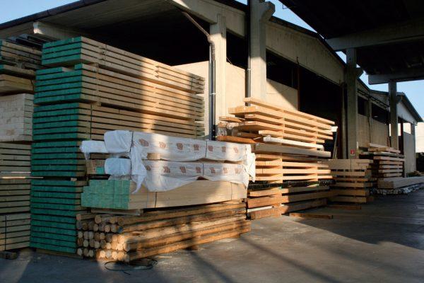 Il legno lamellare di cui dispone a magazzino Mornico Legnami