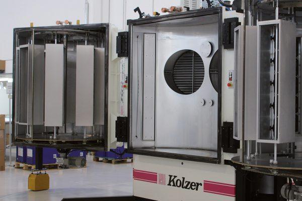 Il macchinario Kolzer per la metallizzazione dei componenti per illuminazione, auto e moto.